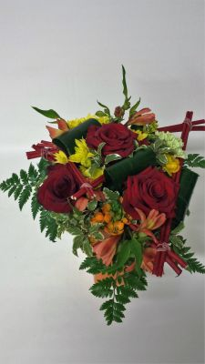 Bouquet rond tons rouge orange et jaune avec structure triangulaire